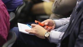 Homme avec l'écran tactile de téléphone à la conférence d'affaires éducative clips vidéos