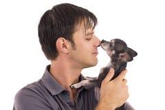 Homme avec l'animal familier de chiwawa Photos stock
