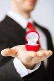 Homme avec l'anneau et le boîte-cadeau de mariage photos stock