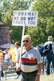 Homme avec l'anti signe d'Obama. Photo stock