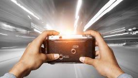 Homme avec l'appareil-photo dans des mains Media mélangé illustration de vecteur