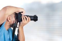 Homme avec l'appareil-photo de photo Photographie stock libre de droits