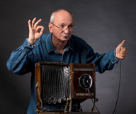 Homme avec l'appareil-photo en bois de photo de vintage Photos stock