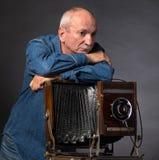 Homme avec l'appareil-photo en bois de photo de vintage Image libre de droits