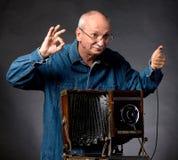 Homme avec l'appareil-photo en bois de photo de vintage Images libres de droits