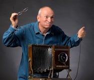 Homme avec l'appareil-photo en bois de photo de vintage Photographie stock
