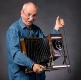 Homme avec l'appareil-photo en bois de photo de vintage Image stock