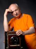 Homme avec l'appareil-photo en bois de photo de vintage Photos libres de droits