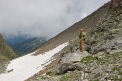 Homme avec l'appareil-photo en montagnes. Photos libres de droits