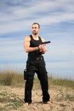 Homme avec l'arme à feu Image libre de droits