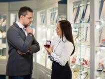 Homme avec l'assistant dans la boutique de bijoux Photo stock
