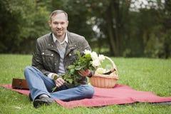 Homme avec l'attente de fleurs Photo libre de droits