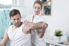 Homme avec l'exercice de mal de main photo libre de droits