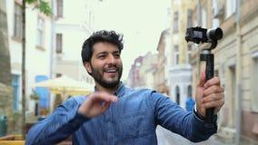 Homme avec l'extérieur visuel de blog de voyage d'enregistrement de caméra clips vidéos
