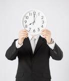 Homme avec l'horloge murale Photographie stock