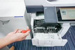 Homme avec l'imprimante de difficulté de tournevis à disposition Photographie stock libre de droits