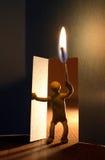 Homme avec l'incendie dans la chambre foncée images libres de droits