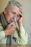 Homme avec l'inhalation de grippe Image stock