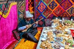 Homme avec l'instrument de musique au Kirghizistan Images stock