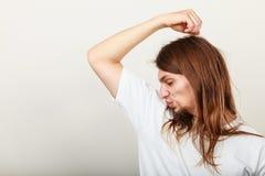 Homme avec l'odeur de la sueur image stock