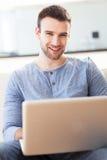 Homme avec l'ordinateur portable image libre de droits