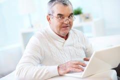 Homme avec l'ordinateur portable Photo libre de droits