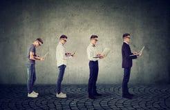 Homme avec l'ordinateur portable vieillissant, réussissant à sa carrière image stock