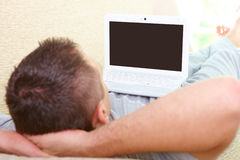 Homme avec l'ordinateur portatif images libres de droits
