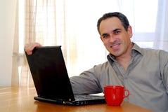 Homme avec l'ordinateur portatif photographie stock libre de droits