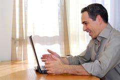 Homme avec l'ordinateur portatif photo libre de droits