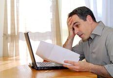 Homme avec l'ordinateur portatif Image stock
