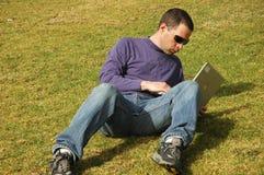Homme avec l'ordinateur portatif Photo stock