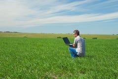 Homme avec l'ordinateur portatif Image libre de droits
