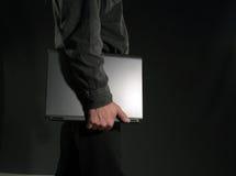 Homme avec l'ordinateur portatif dans sa main Photographie stock