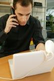 Homme avec l'ordinateur portatif et le téléphone portable photo libre de droits