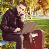 Homme avec l'ordinateur portatif extérieur image libre de droits