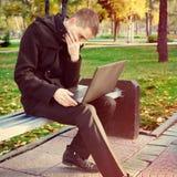 Homme avec l'ordinateur portatif extérieur images stock
