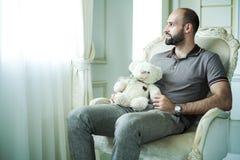 Homme avec l'ours de nounours Image libre de droits