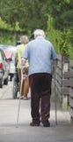Homme avec la béquille Photographie stock libre de droits
