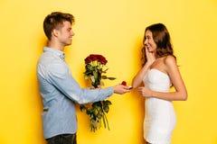 Homme avec la bague de fiançailles dans la proposition de fabrication de cartons de cadeau du mariage à sa femme Photographie stock libre de droits