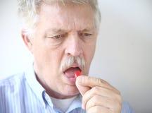 Homme aîné avec la baisse de toux Photographie stock libre de droits