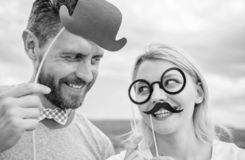 Homme avec la barbe et femme ayant la partie d'amusement Ajoutez de l'amusement Fabrication de la f?te d'anniversaire dr?le de ph images stock