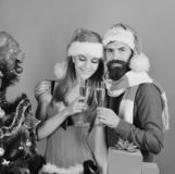 Homme avec la barbe et femme avec les visages de sourire sur le rouge image stock