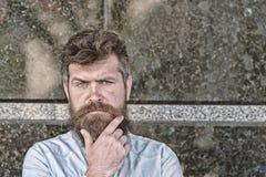Homme avec la barbe et moustache sur le visage concentré, fond de marbre noir Concept de masculinité Hippie avec ébouriffé photographie stock