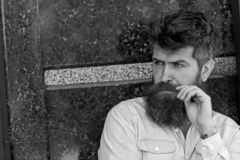 Homme avec la barbe et moustache sur le visage concentré, fond de marbre noir Le type semble intéressé et curieux masculinité photo stock