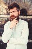 Homme avec la barbe et moustache sur le visage réfléchi et songeur, fond de marbre noir Concept de masculinité Hippie avec photographie stock