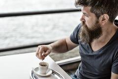 Homme avec la barbe et la moustache et la tasse de café Type barbu détendant à la terrasse de café Concept de pause-café Détente  photos libres de droits