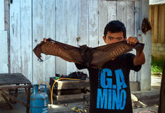 Homme avec la batte sur le marché local dans Tentena Photographie stock