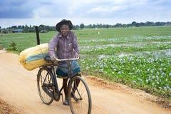 Homme avec la bicyclette Photographie stock libre de droits