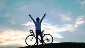 Homme avec la bicyclette contre le beau ciel banque de vidéos